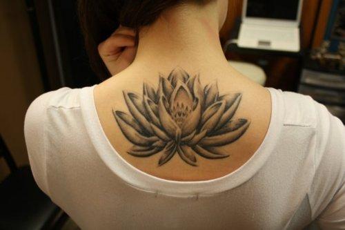Tatuagem de flor de Lótus: Descubra aqui seu significado e veja fotos!