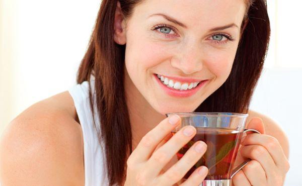 mulher tomando chá de canela