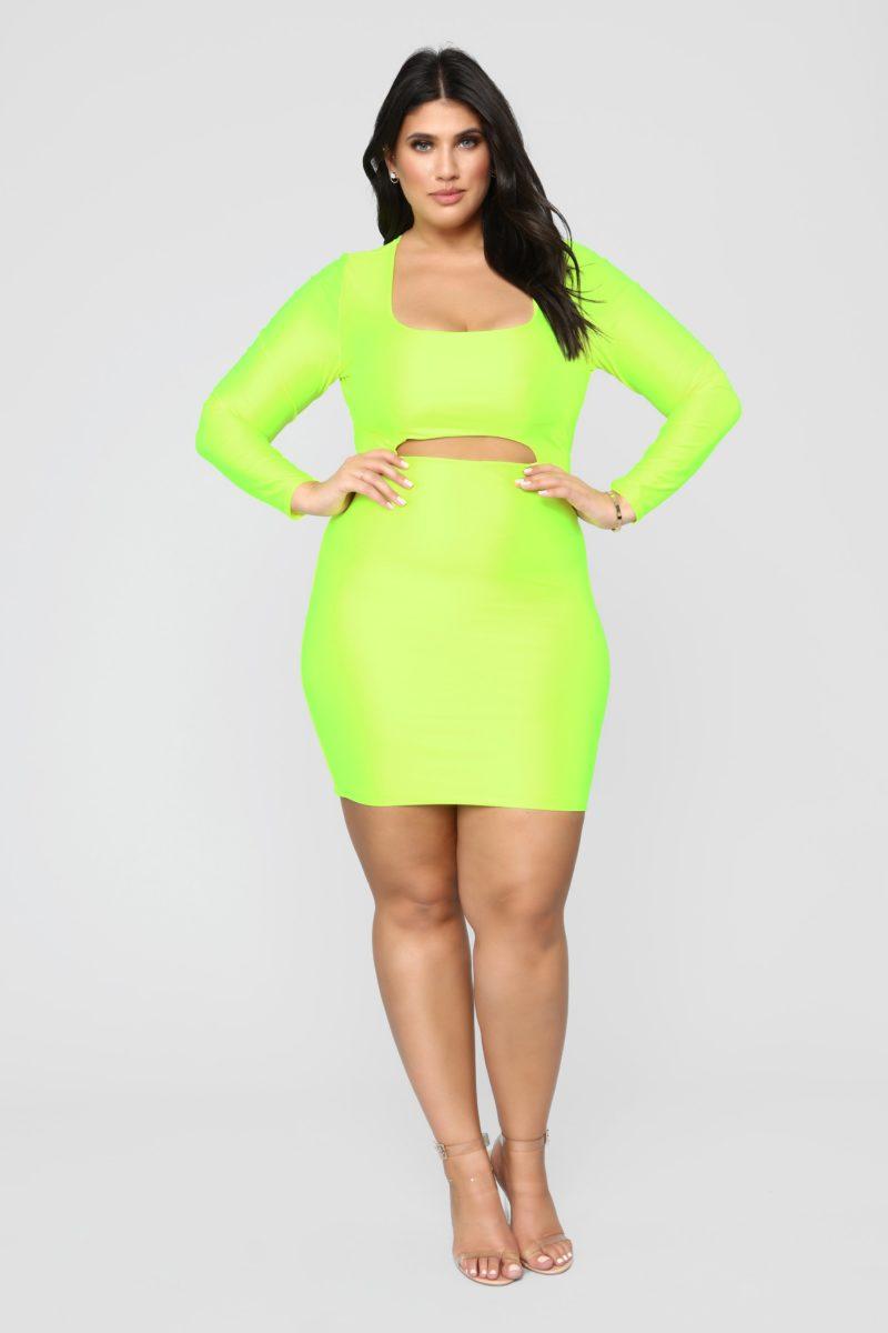 mulher usando vestido para inverno plus size verde neon