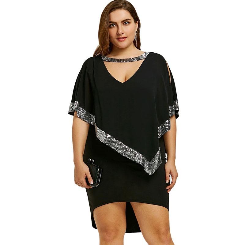 mulher usando vestido de frio plus size preto com detalhes em brilho