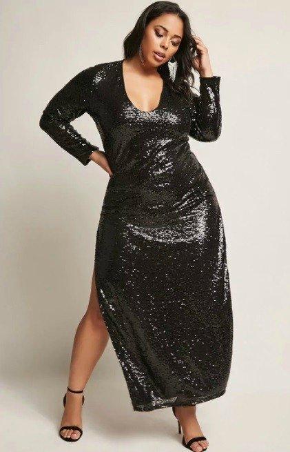 mulher usando vestido de inverno plus size longo e com brilho
