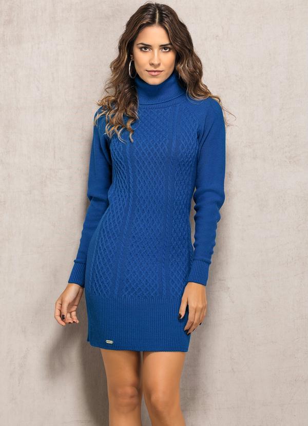 mulher usando vestido de frio todo de lã azul para festa