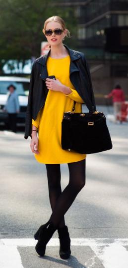 mulher usando vestido de frio neon amarelo com acessorios pretos