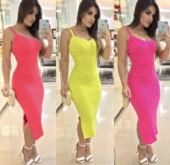 mulher usando vestidos de frio neon longos