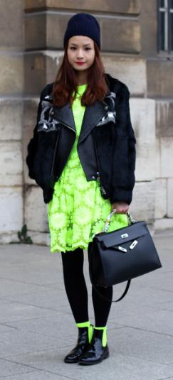mulher usando vestido de inverno verde neon
