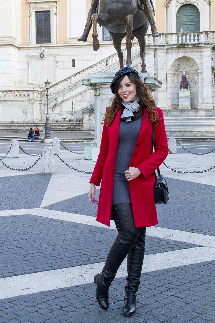 mulher usando vestido de frio cinza com sobretudo vermelho
