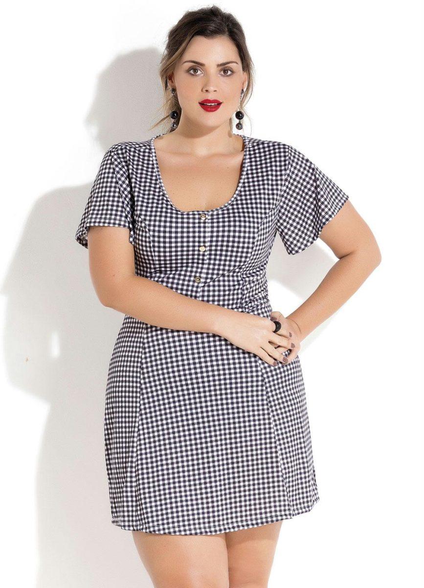 mulher usando vestido de frio xadrez evase