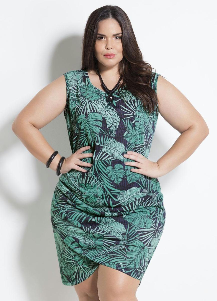 mulher usando vestido de folhagens plus size para o inverno