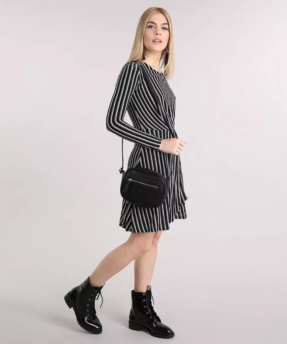 mulher usando vestido de frio preto e branco com coturno para festa