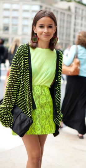 mulher usando vestido de frio em verde neon