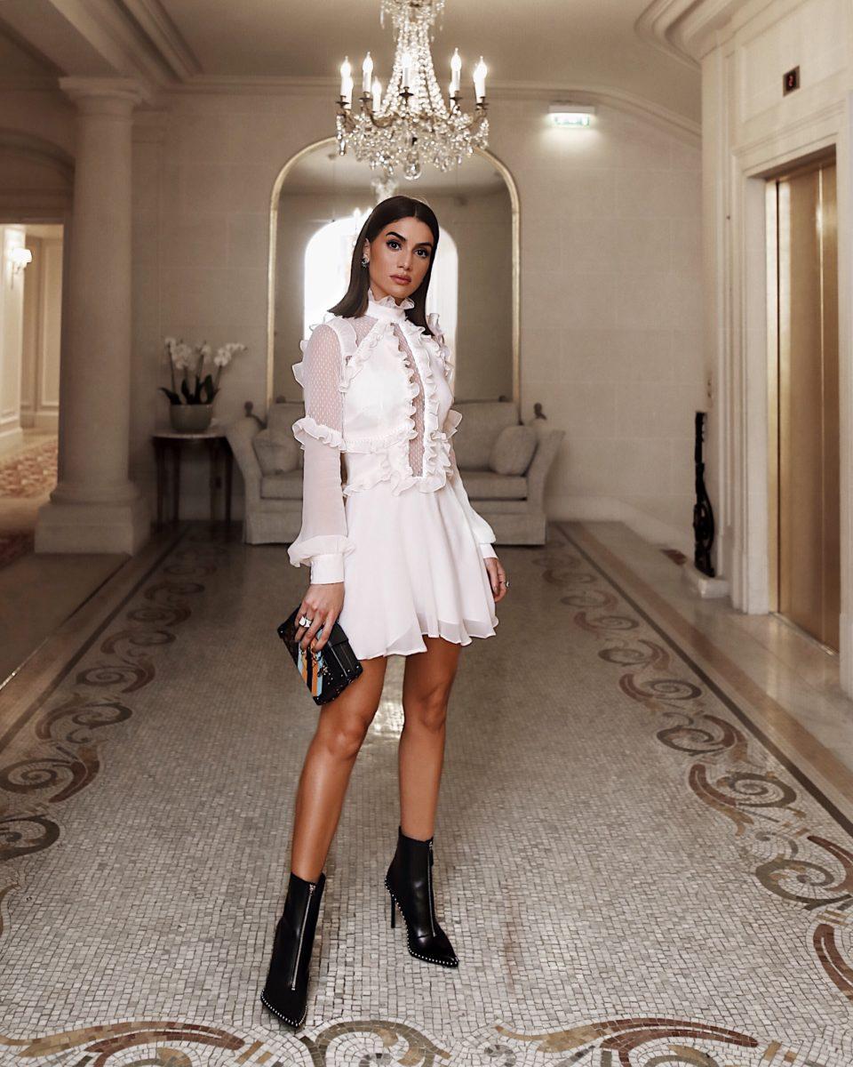 mulher usando vestido de frio branco com renda e babados