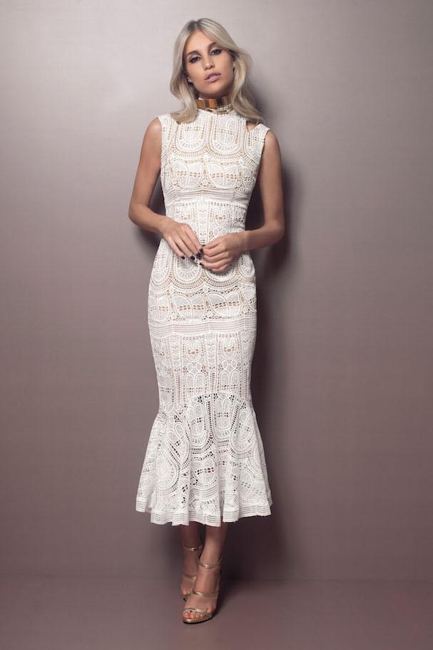 mulher usando vestido de frio com renda para festa