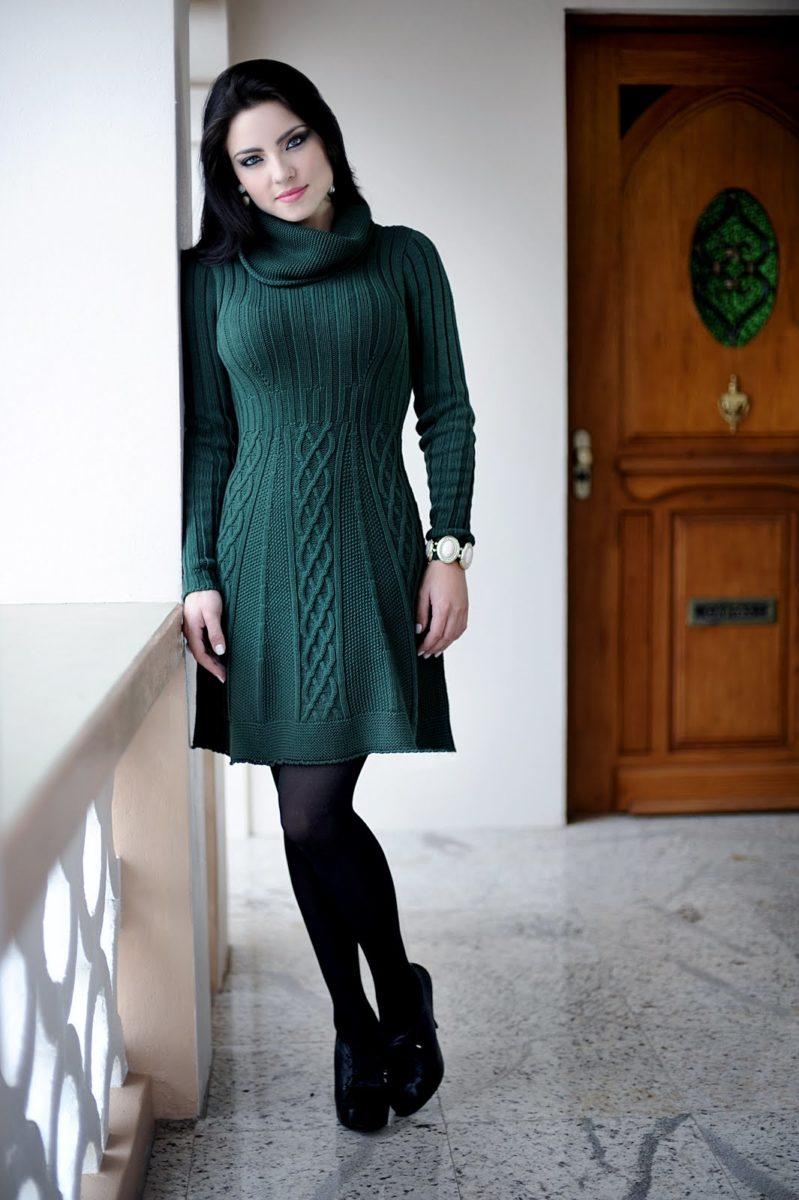 mulher usando vestido de inverno de lã verde