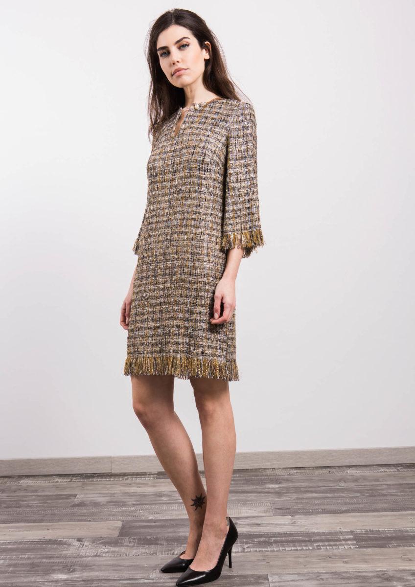 mulher usando vestido de inverno tweed