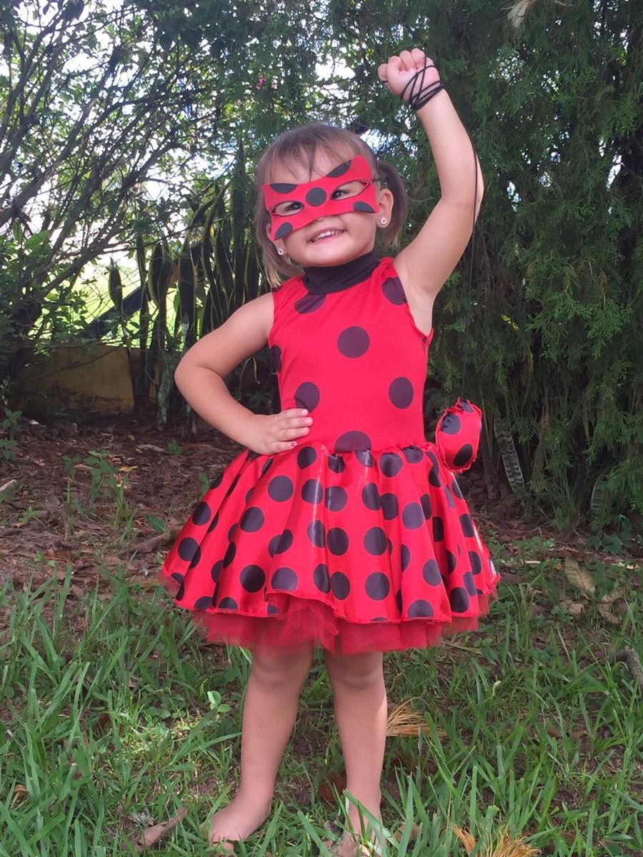 criança usando fantasia de carnaval da ladybug