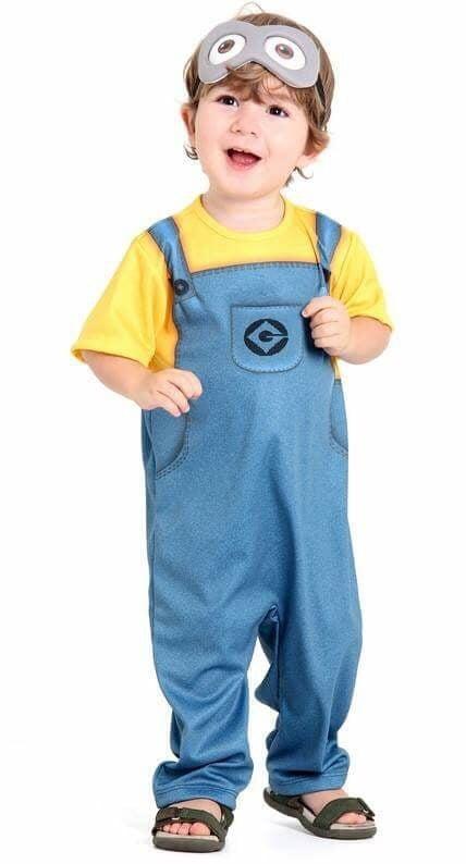 criança usando fantasia de carnaval para bebes de 1 ano dos minions