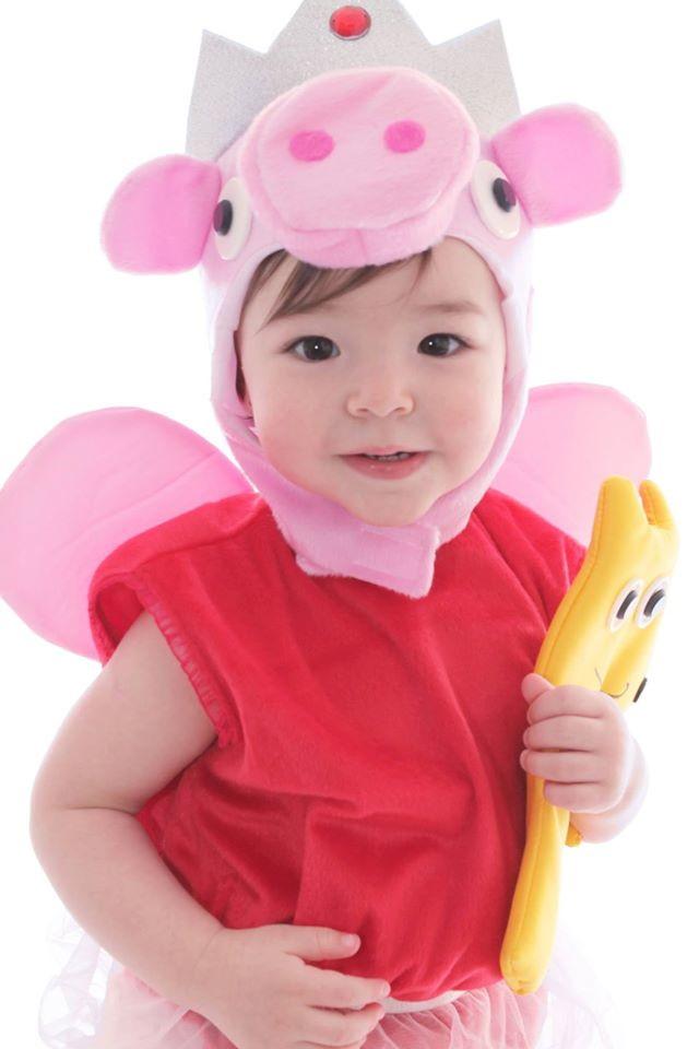 criança usando fantasia de carnaval para bebes de um ano da peppa pig