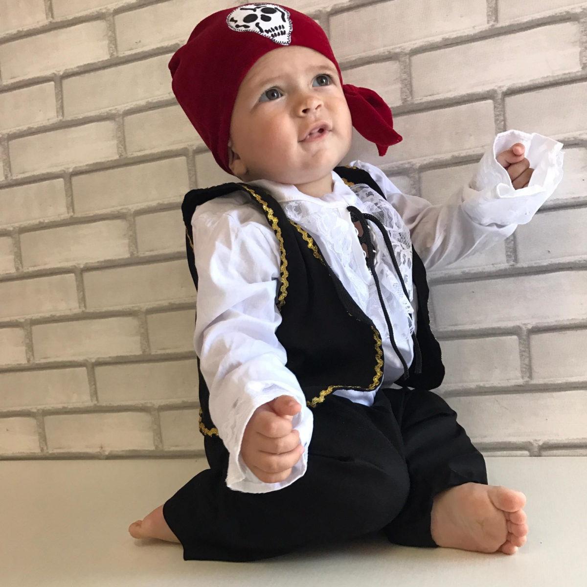 bebe usando fantasia de carnaval de pirata