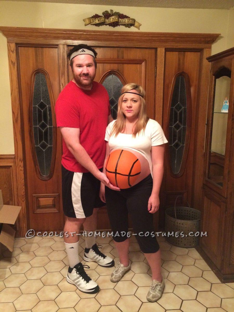 mulher usando fantasia de carnaval para grávida e marido de treinador