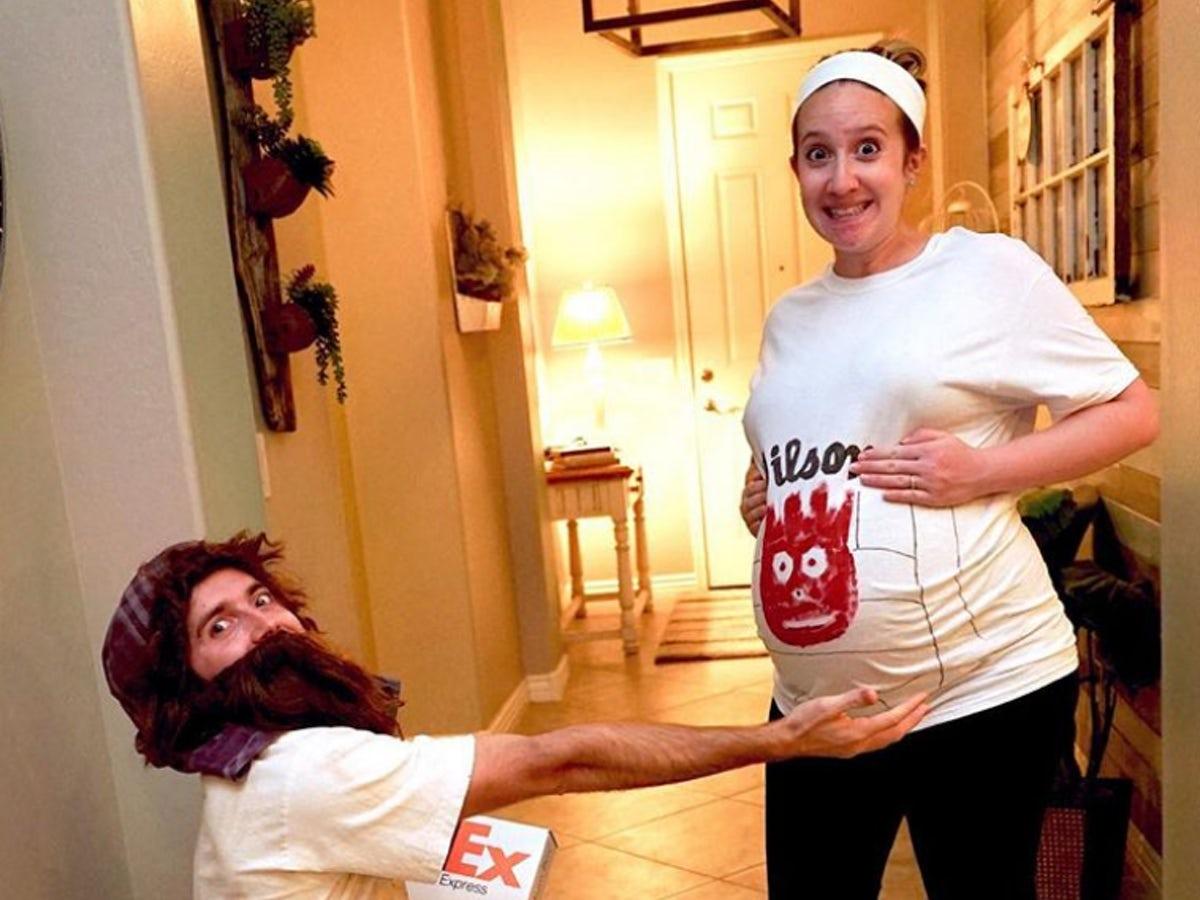 mulher usando fantasia de carnaval para gravida com blusa da bola wilson