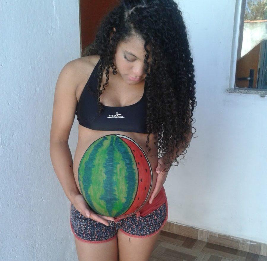 mulher de fantasia de carnaval para gravida com melancia pintada na barriga