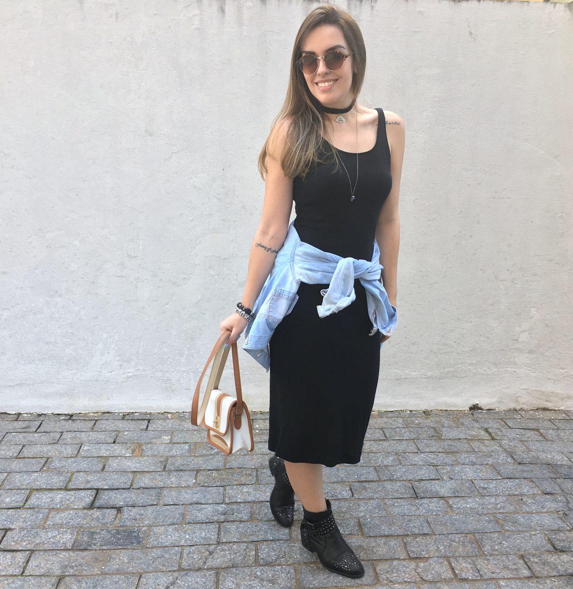 vestido midi com bota e camisa na cintura