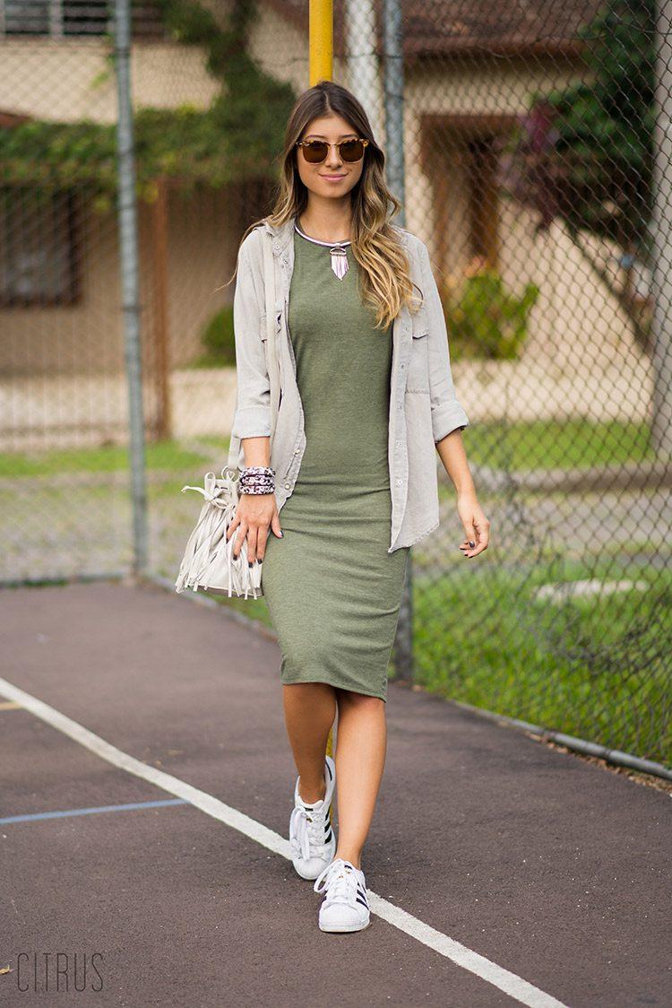 vestido midi com tenis