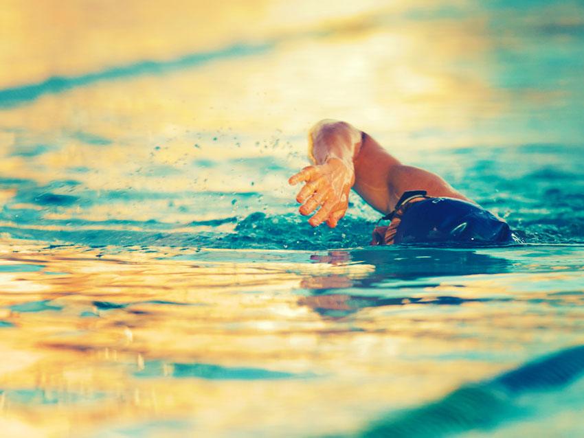 exercícios para queimar calorias nadação