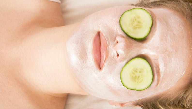 Como tirar manchas do rosto com pipino e iogurte