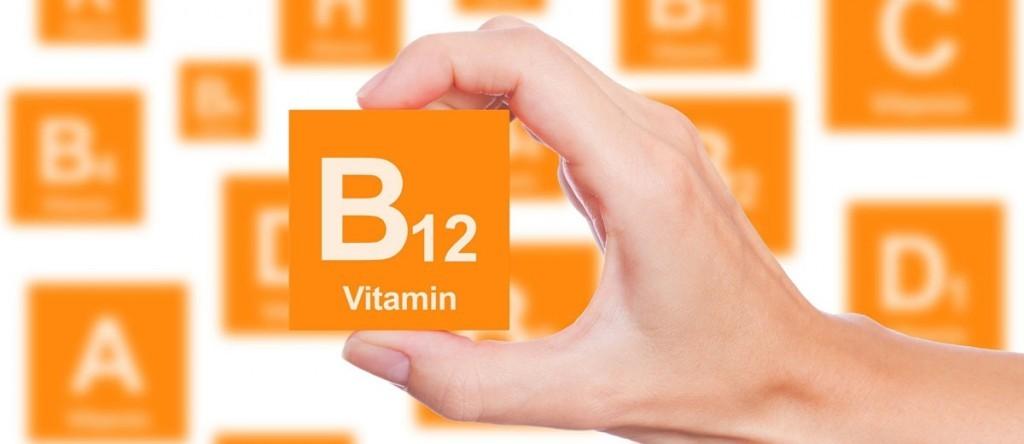 mulher segurando placa escrito Vitamina B12