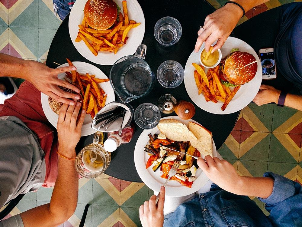 amigos comendo a em um mesa