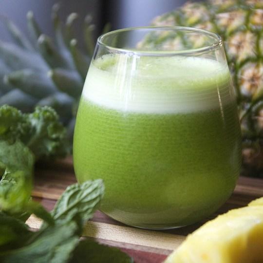 Sucos funcionais abacaxi com couve