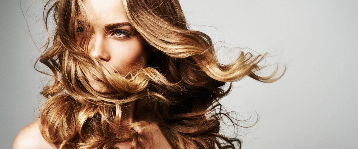 mulher com cabelos fortes e brilhosos