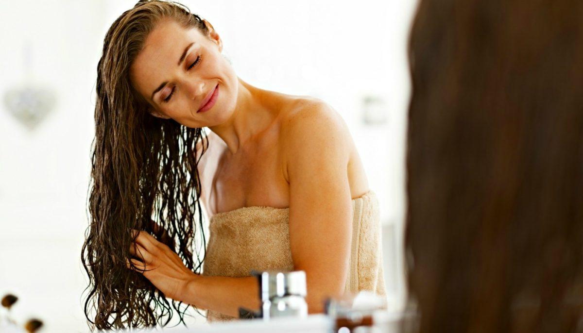 mulher realizando umectação para cabelos com óleo de coco