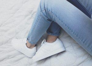 Como limpar tênis branco: Veja dicas simples e baratas! Com bicarbonato, com pasta de dente…