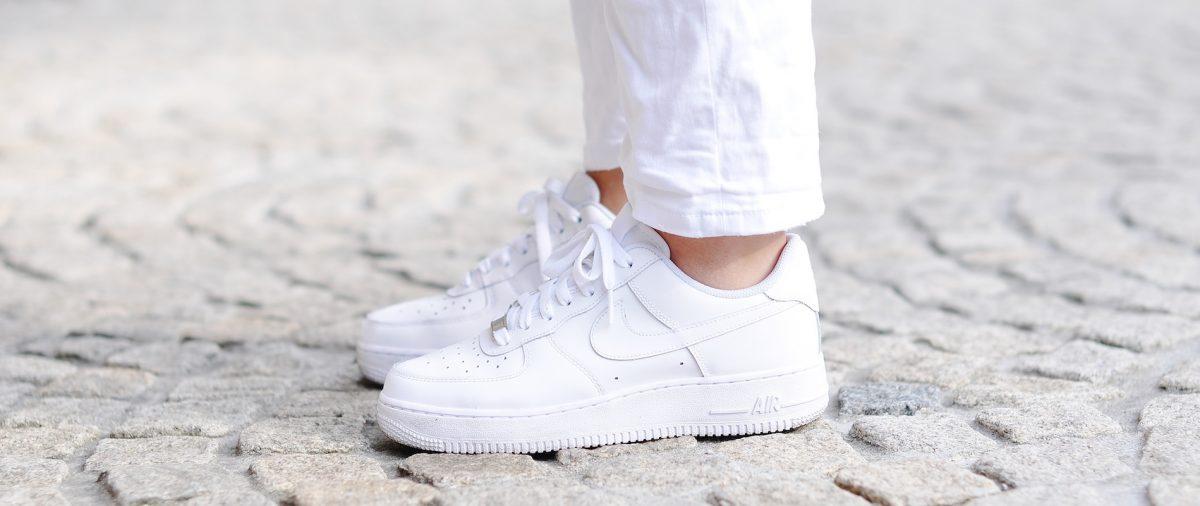 9406ac93dfe Como limpar tênis branco  Veja dicas simples e baratas!  Passo a passo!