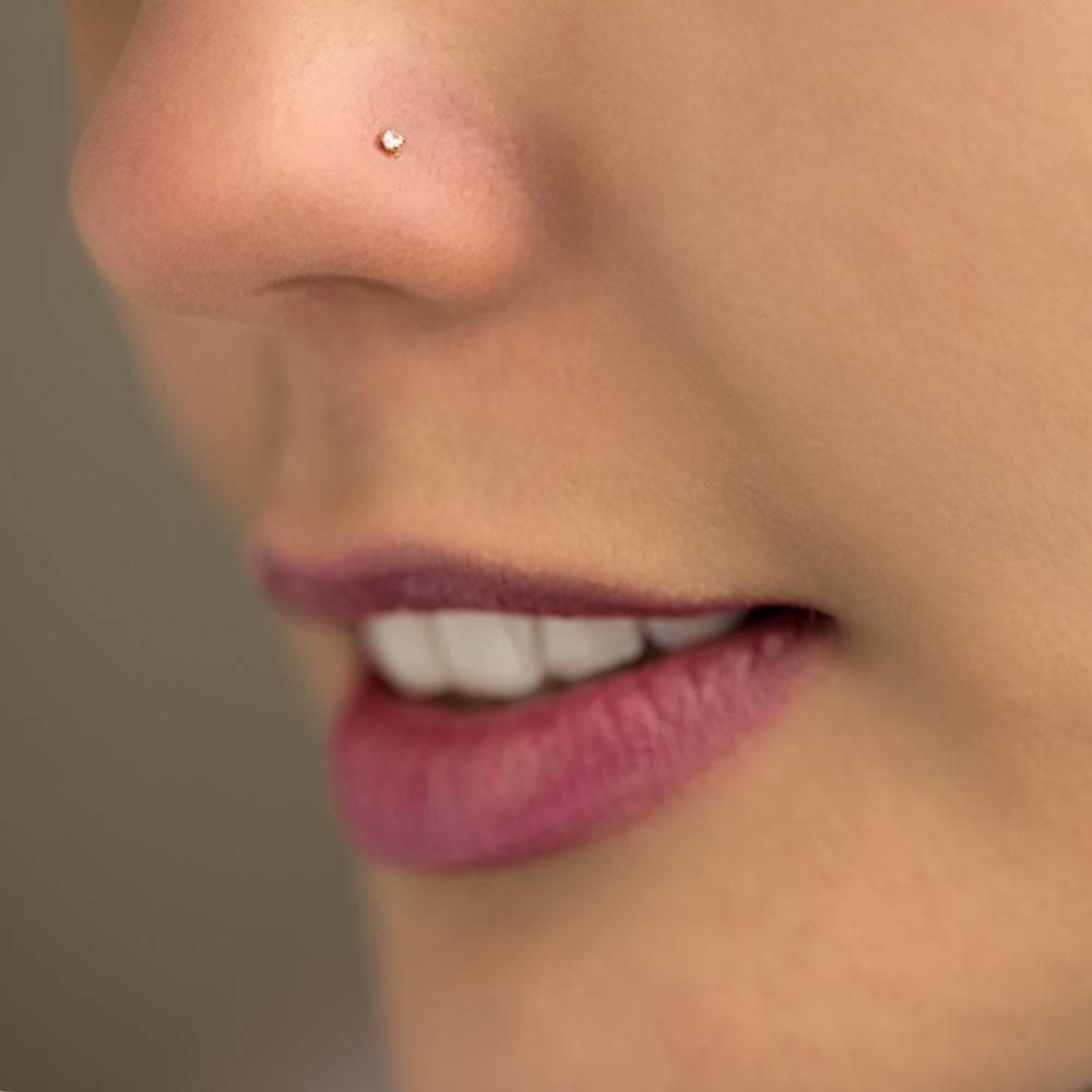 Piercing no nariz pedrinha
