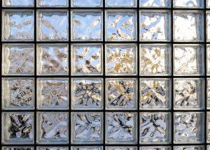 Tijolo de vidro: Veja como utilizá-lo na sua casa e em diversos cômodos diferentes!