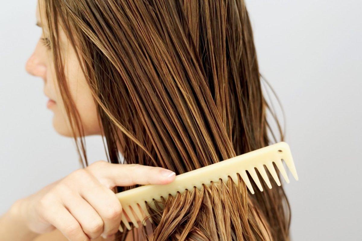 mulher hidratando os cabelos
