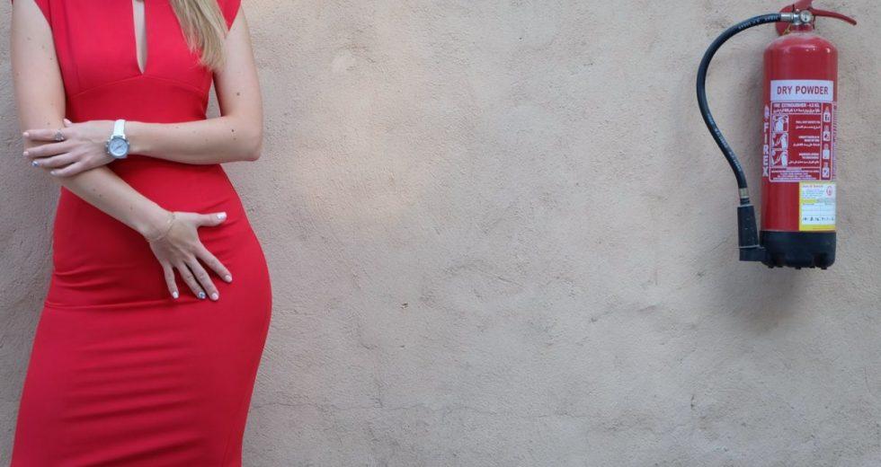Vestido vermelho: Longo, curto, midi… Veja se madrinha pode usar vermelho e sapatos e acessórios que combinam!