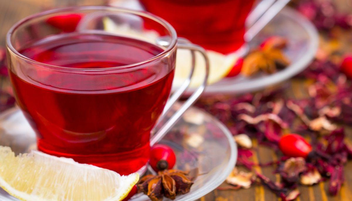 chá de hibisco com um pouco de limão