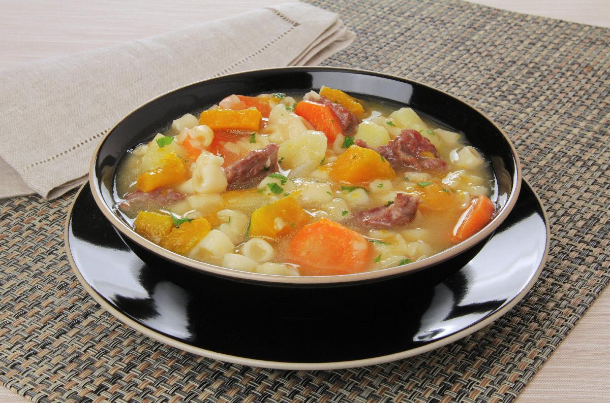 sopa de macarrão, batata e cenoura
