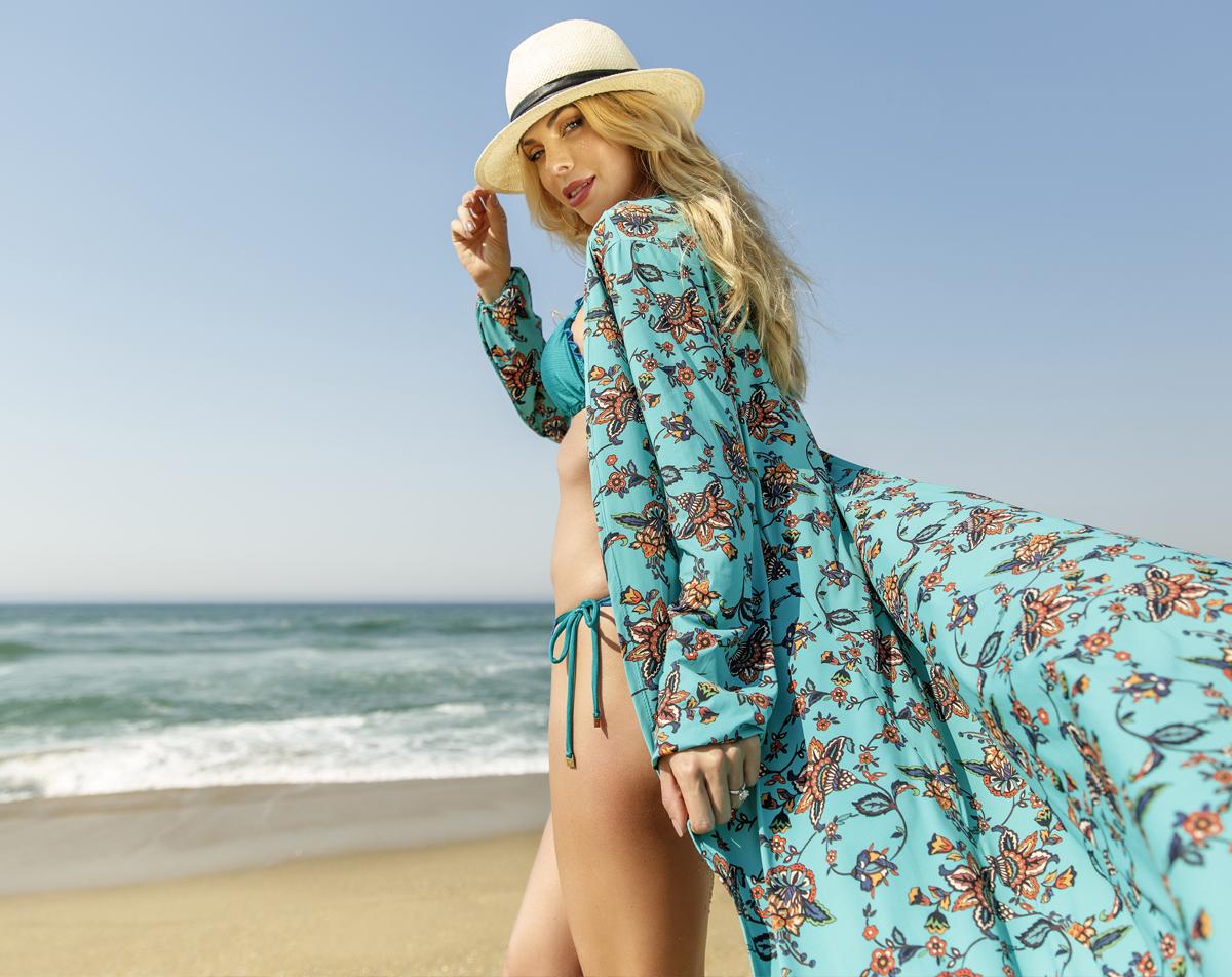 moda praia mulher vestindo saída de praia estampada