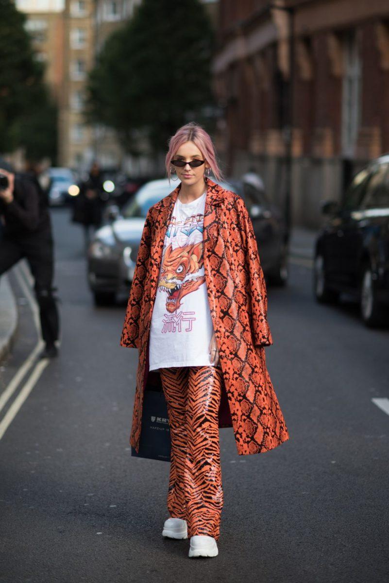mulher vestindo estampa de cobra como roupa de inverno