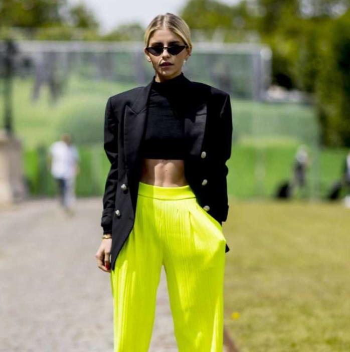 mulher vestindo calça neon no inverno
