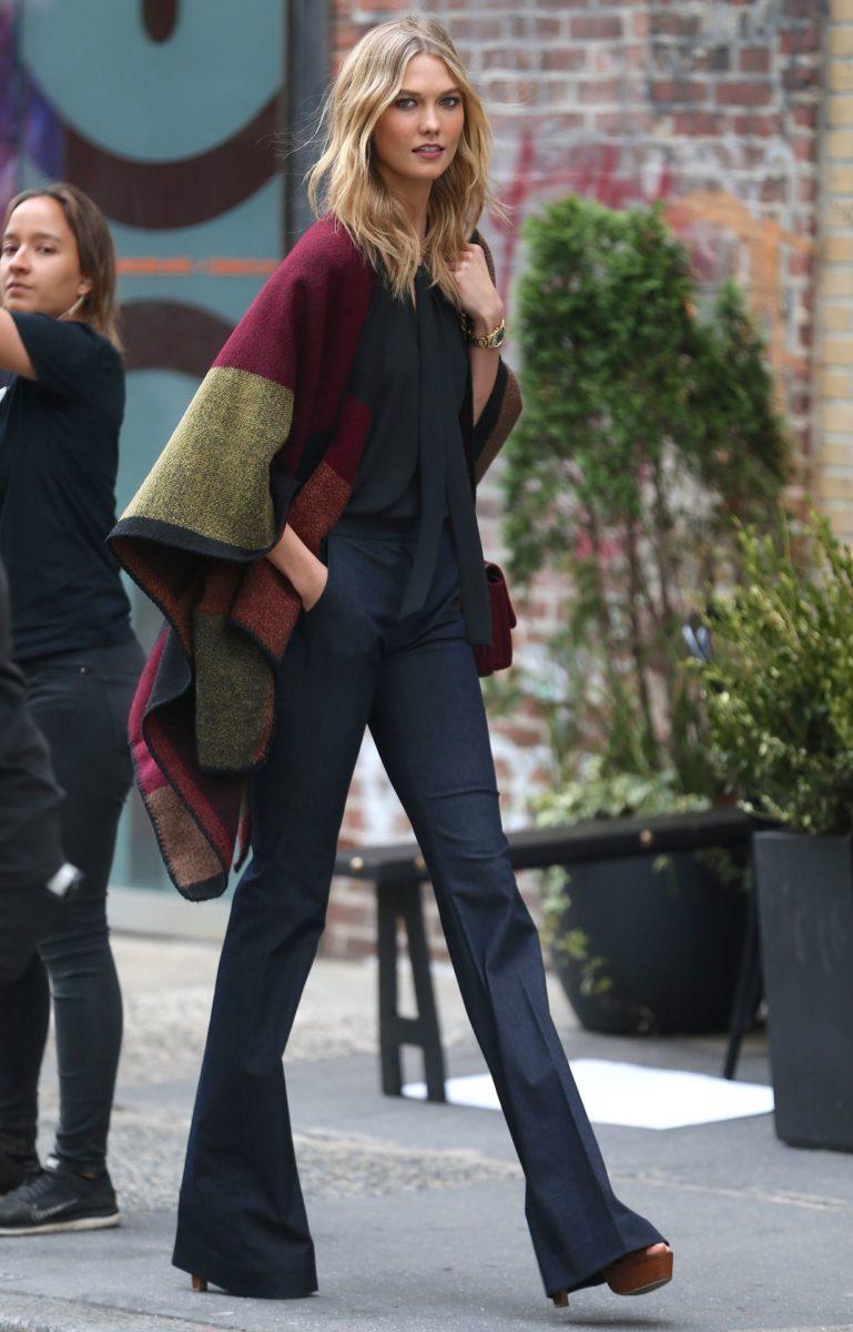 mulher usando casaco poncho