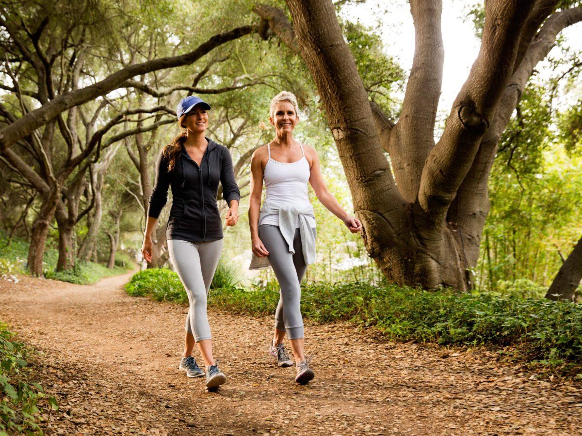 duas mulheres caminhando