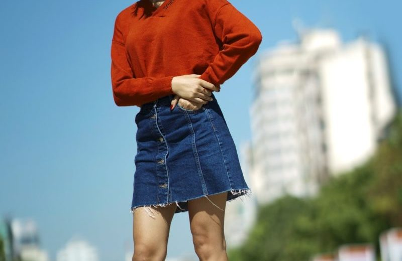 Saia jeans: Veja como usar as peças curtas, midi, longas, com botões, plus size e mais!