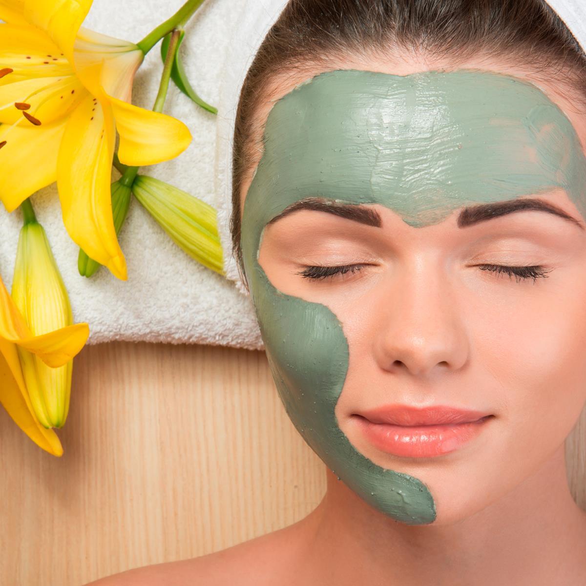mulher com argila verde no rosto