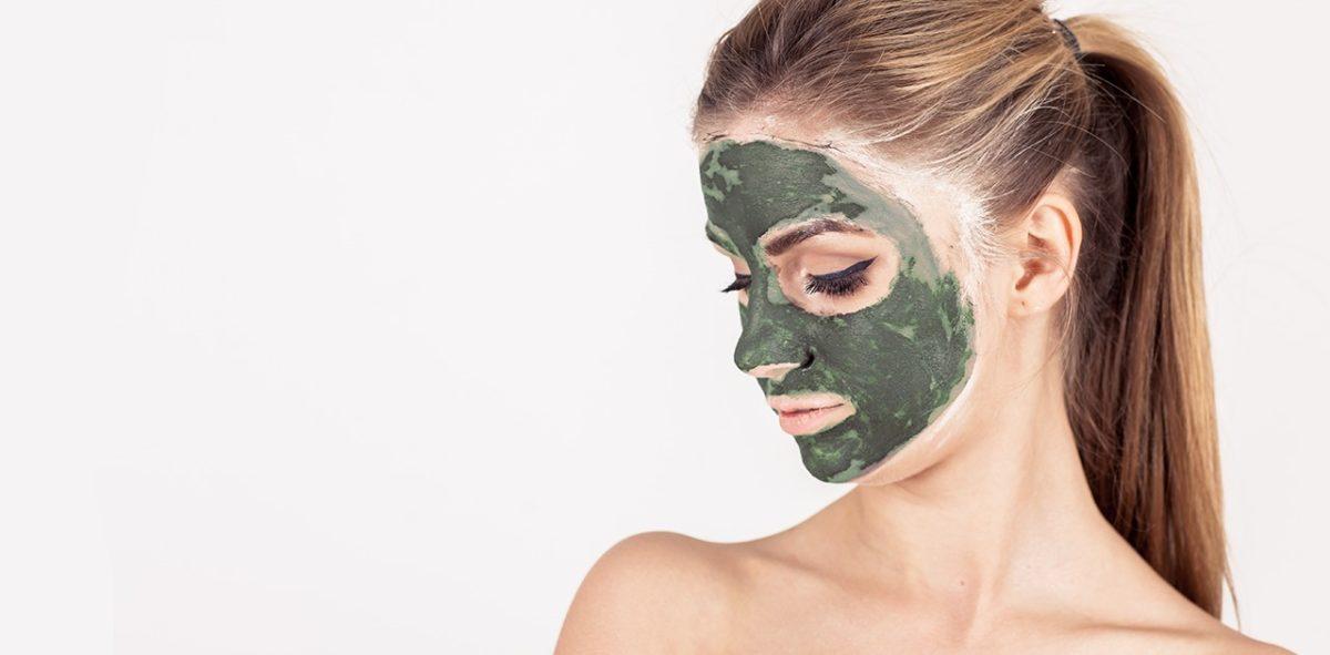 menina com argila verde